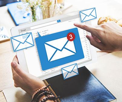 Mão apontando para email no computador